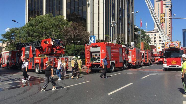 Beşiktaş'ta iş merkezinin çatısında korkutan yangın