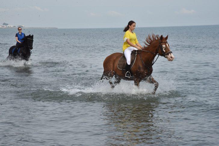Samsun'da atlarla denizde antrenman