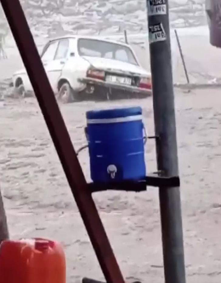 Sel suları aracı sürükledi! Korkutan anlar