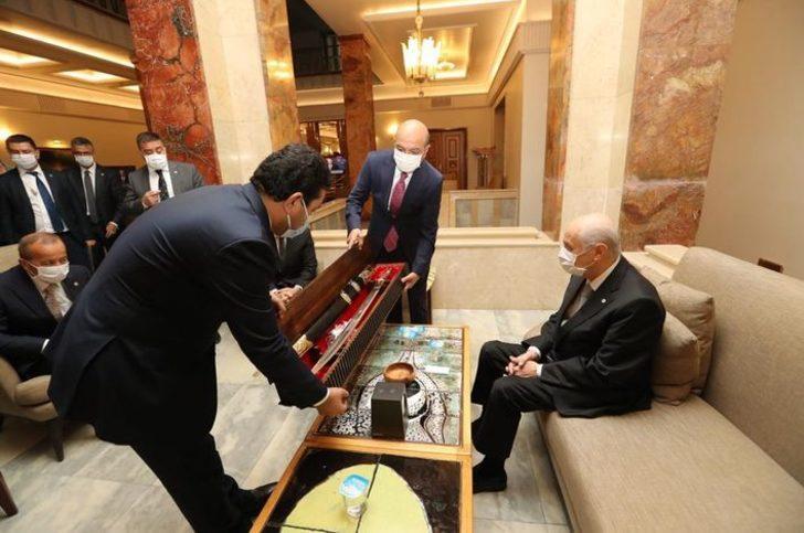 Devlet Bahçeli'ye 'Fetih Suresi' yazılı kılıç hediye edildi
