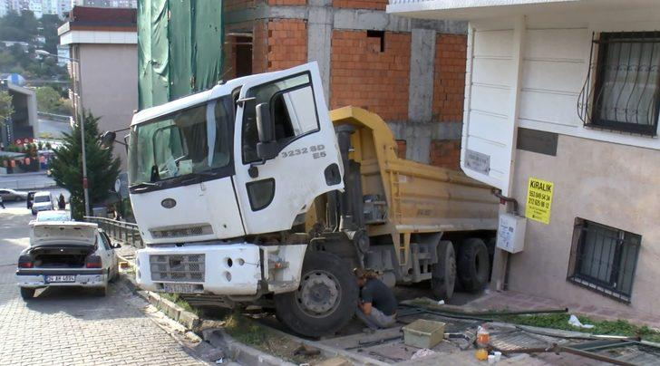 Eyüpsultan'da korku dolu anlar! Hafriyat kamyonu dehşet saçtı