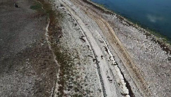Büyükçekmece Gölü'nün suyu çekildi! 1500 yıllık baraj hattı ortaya çıktı