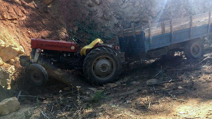 Eşinin gözü önünde traktörün altında kalan sürücü hayatını kaybetti