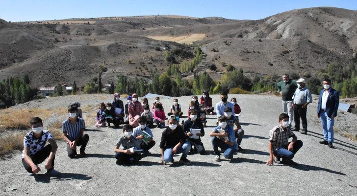 Köydeki öğrenciler ders için tepeye çıkıyor