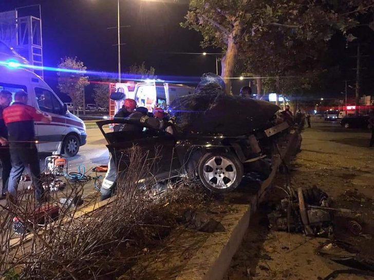 Denizli'de feci kaza! Otomobil ağaca çarptı: 2 ağır yaralı