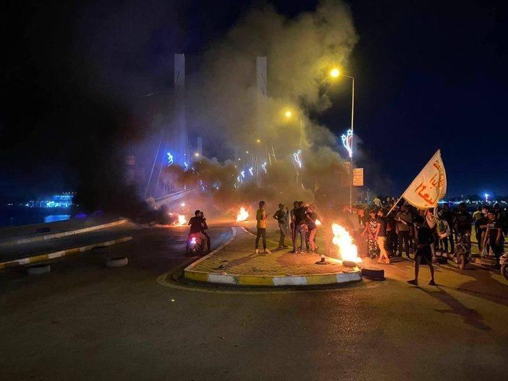 Irak'ta protestocular siyasi parti binalarını ateşe verdi