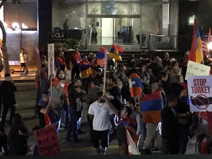 Ermeni göstericiler Los Angeles'da yolu kapatıp gösteri yaptı