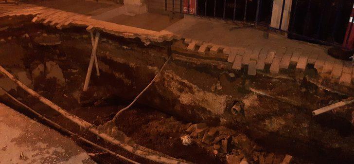 Küçükçekmece'de 5 katlı binanın önündeki kaldırım çöktü
