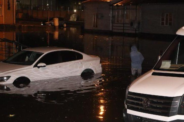 Zonguldak'ta şiddetli yağmur ve rüzgar!  İş yerlerini su bastı, ağaçlar devrildi