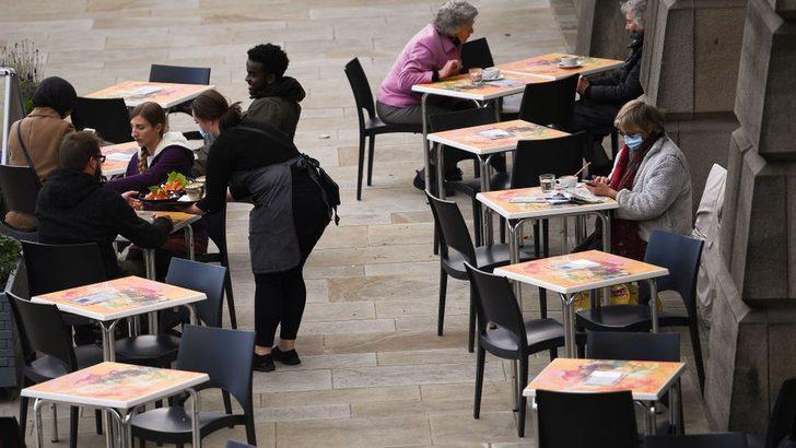 Koronavirüs: İngiltere'de vakaların üçte biri 'bar ve restoran kaynaklı'