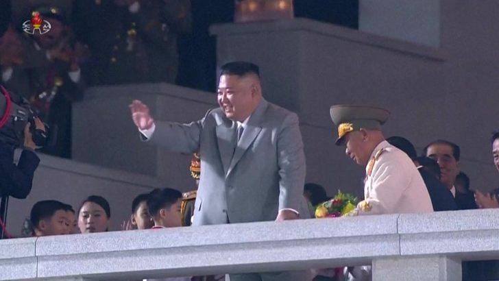 Kuzey Kore, askeri geçit töreninde füzelerini sergiledi