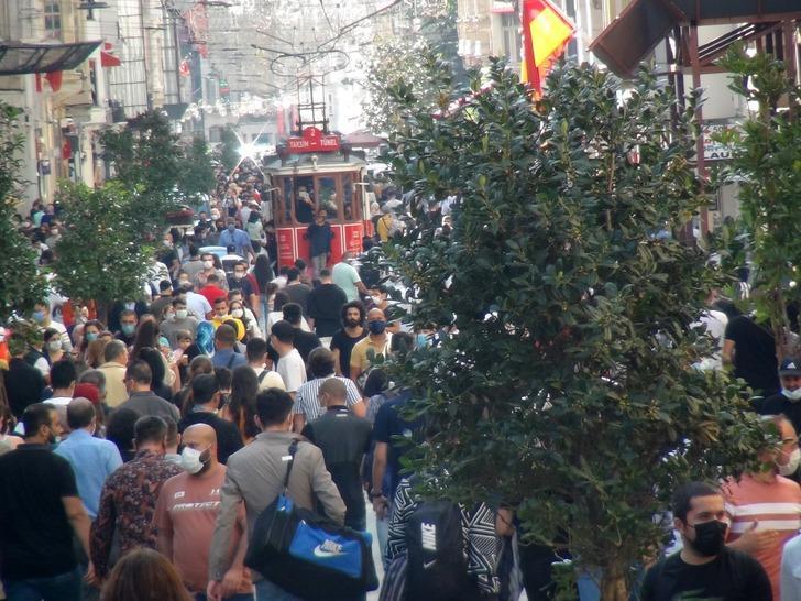 Sıcak havayı görenler Taksim'e akın etti