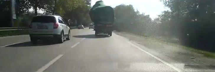 Trafikte tehlikeli anlar! Bu hareket cezasız kalmadı