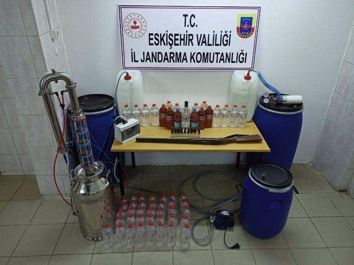 Kaçak alkol üretip satan şüpheliler jandarmadan kaçamadı