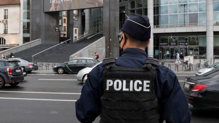 Paris'te Bir Kişinin Kafası Kesildi