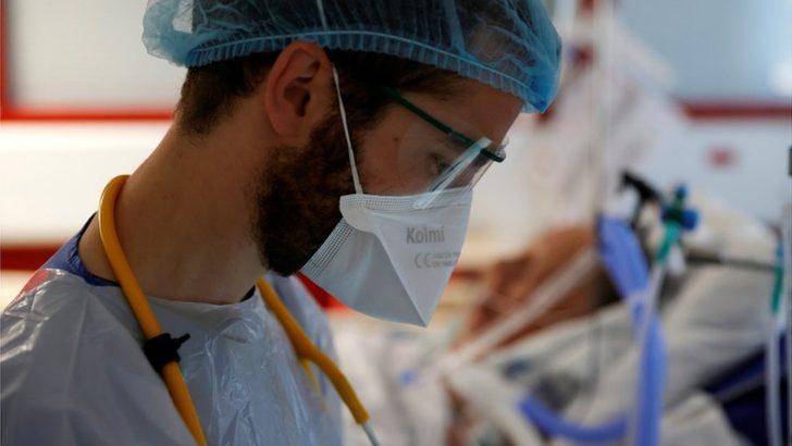 Koronavirüs vaka sayısı Cuma günü bir günde 400.000'e ulaşarak rekor kırdı