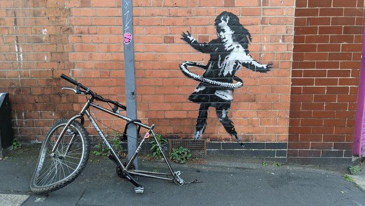 Banksy'nin yeni eseri Nottingham'da: Bisiklet tekeriyle hula hop çeviren kız çocuğu