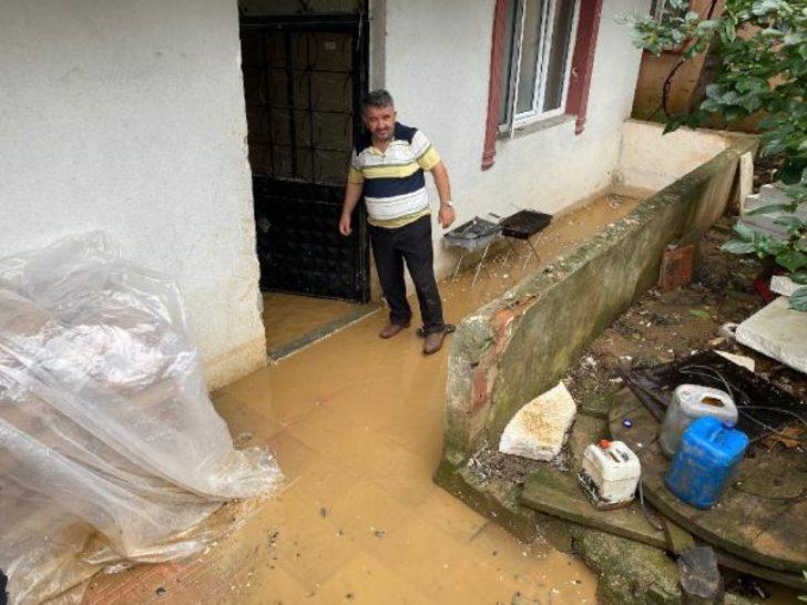 Sultanbeyli'de üç katlı binanın zemin katını su bastı