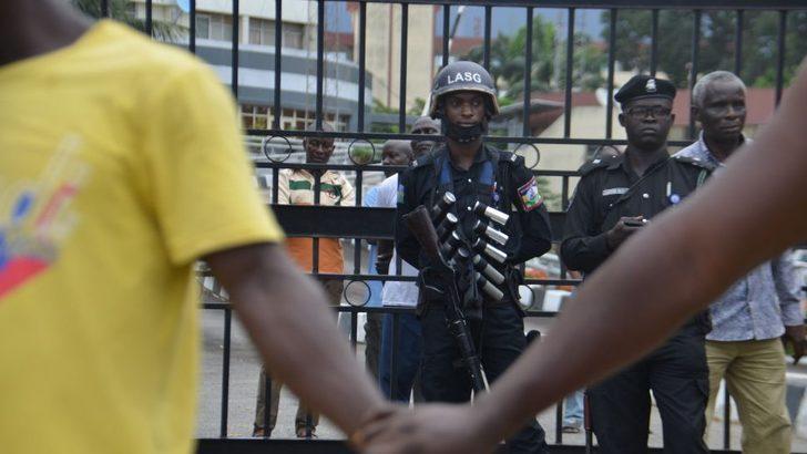 Nijerya'da protestolar: 'Askerler' Lagos'ta göstericilere ateş açtı