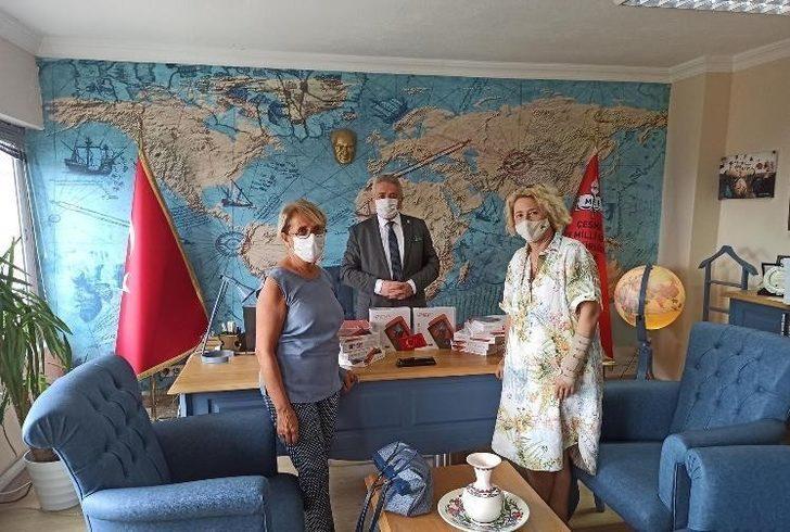Çeşme'de iki ayrı gönüllü grubundan milli eğitime tablet bağışı