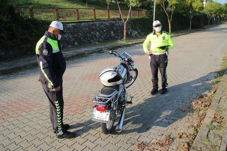 Plakasına maske takan ehliyetsiz motosiklet sürücüsü polisten kaçamadı
