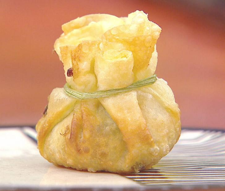 Sebzeli kese böreği nasıl yapılır? Sebzeli kese böreği tarifi nedir? Sebzeli kese böreği malzemeleri nelerdir? Gelinim Mutfakta sebzeli kese böreği tarifi...