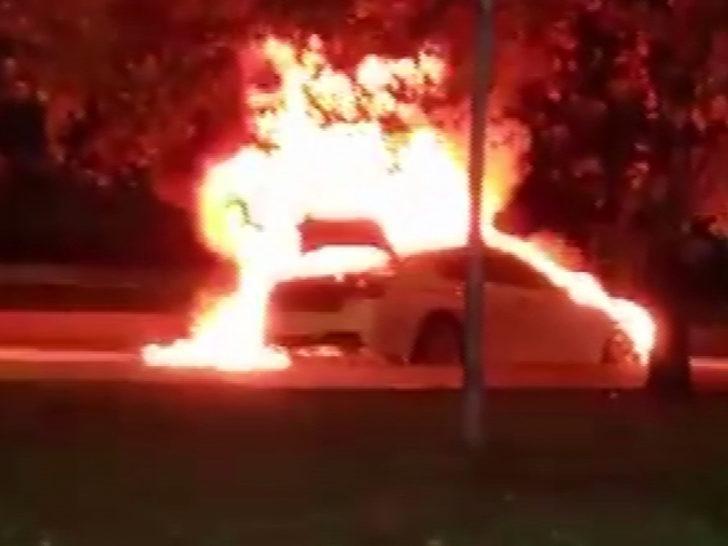 İstanbul'da panik anları! Lüks otomobil alev topuna döndü