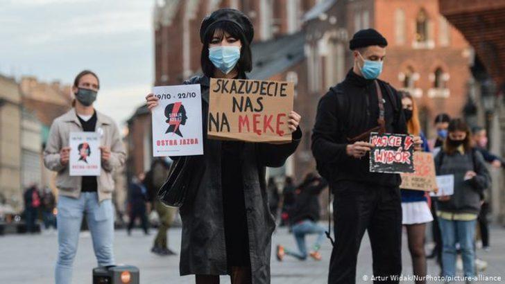 Polonya'da kürtaj yasağı protesto ediliyor
