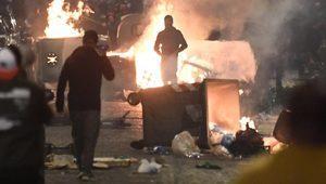 Napoli'de Covid-19 önlemlerini protesto eden grup polisle çatıştı