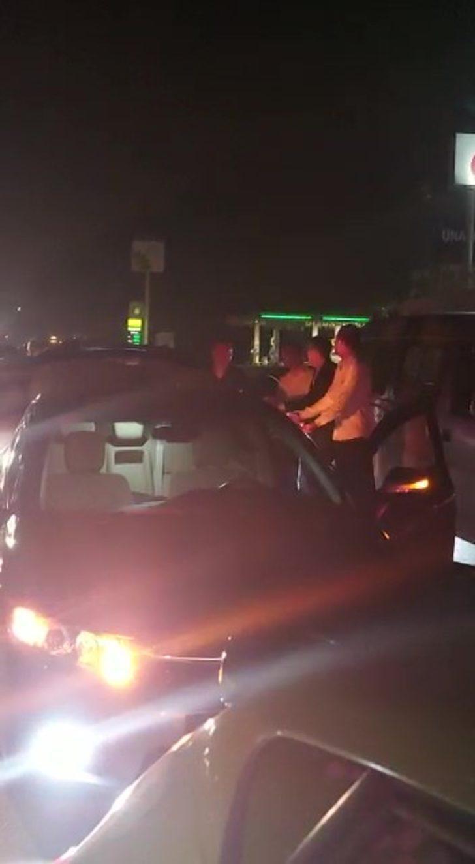 'Yok artık' dedirten görüntüler! Kaza nedeniyle kapanan yolda 'halay' çektiler