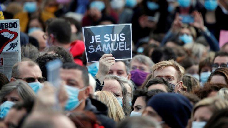 Samuel Paty: Fransa'da öğretmen cinayeti sonrası İslam, Müslümanlar ve İslamofobi nasıl tartışılıyor?