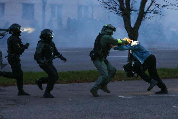 Lukaşenko'ya verilen istifa süresi doldu! Sokaklar karıştı