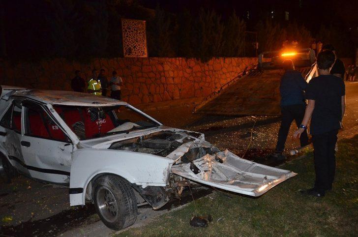 Kontrolden çıkan otomobil önce ağaca sonra direğe çarptı: 2 yaralı