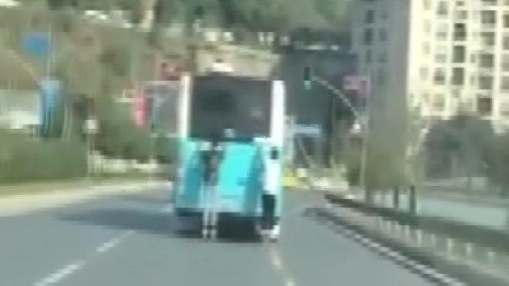 Korna çalarak uyarmaya çalıştı ama... Otobüsün arkasında tehlikeli yolculuk!