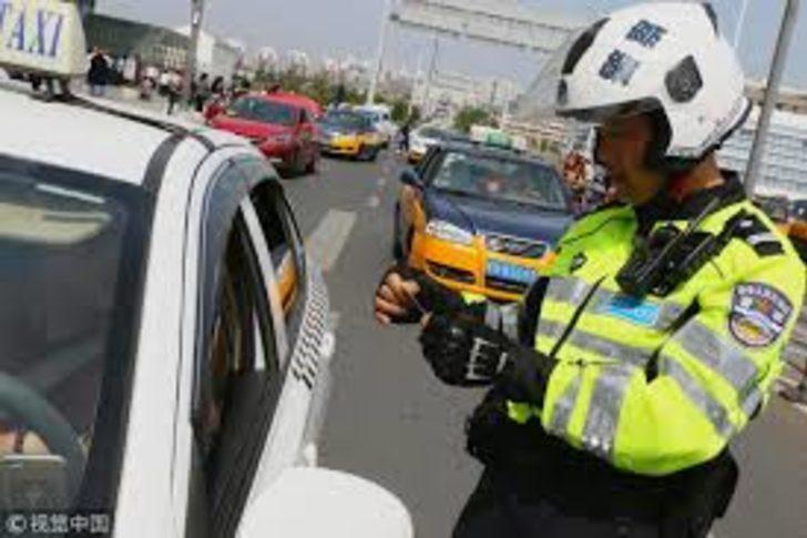 Çin'de trafik polisinden insanlık dersi