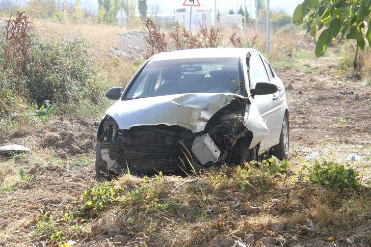 Direğe çarpan otomobil tarlaya uçtu: 3 yaralı