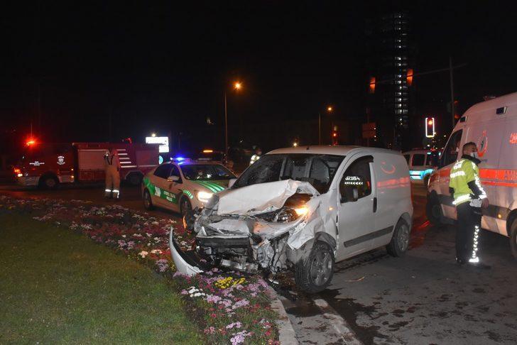 İzmir'de hafif ticari araç otomobile çarptı: 1'i ağır 4 yaralı