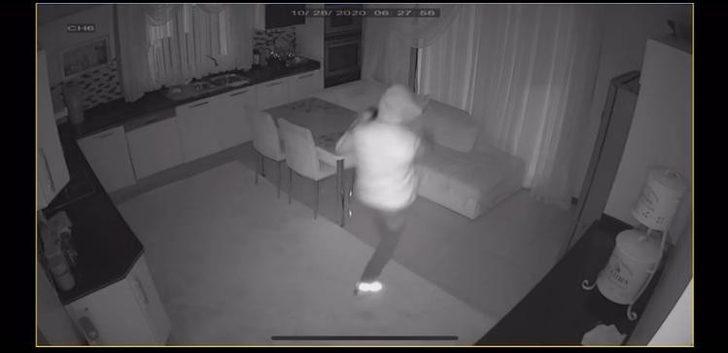 Hırsızın rahatlığı pes dedirtti! Ev sahibinin uyuduğunu gördü ama...