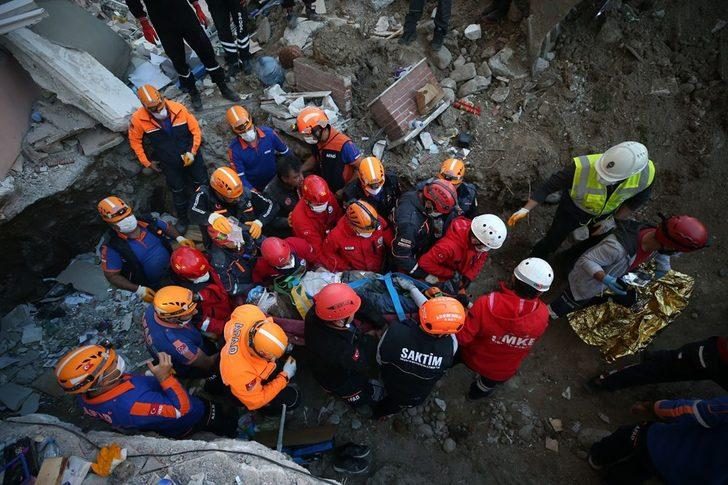 İzmir'den kahreden haber! 30 saat sonra enkazdan sağ çıkarıldığı değerlendirilen kişinin öldüğü belirlendi