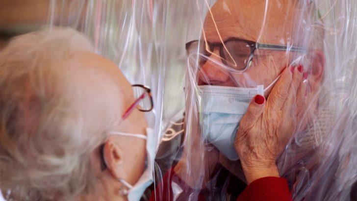 Koronavirüs: İtalya'da bir huzurevi 'sarılma odası' kurdu