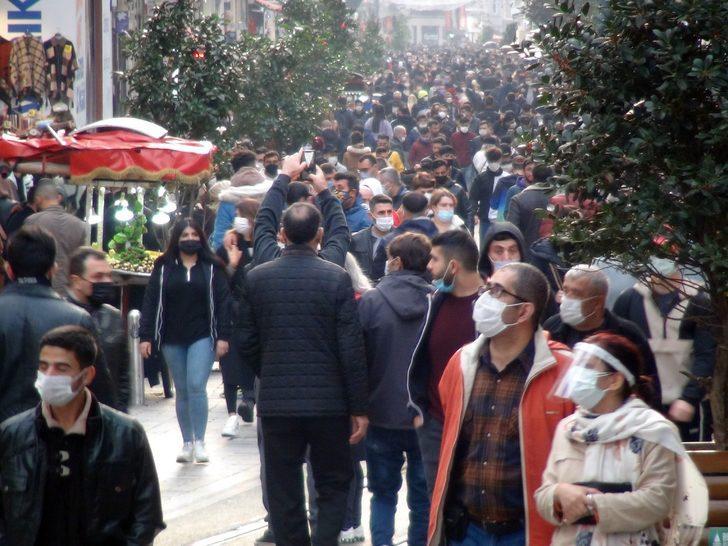 Koronavirüse rağmen akın ettiler! İstiklal Caddesi'nde 'pes' dedirten kalabalık