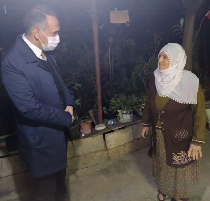 Vali Çuhadar, evi yıkılmak üzere olan anneyi ziyaret etti