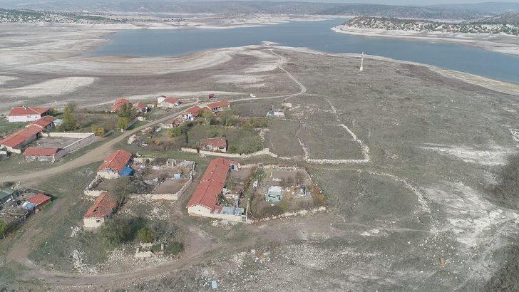 Baraj suları çekilince ortaya çıktı! Porsuk Barajı'nda ilginç görüntü