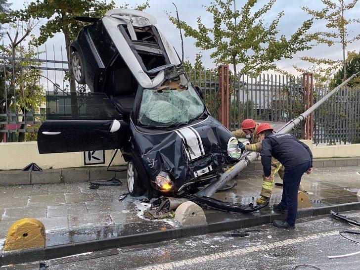 Kadıköy'de kaza yapan otomobil demir parmaklıklarda asılı kaldı