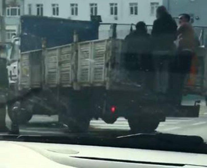 Tekirdağ'da kamyonet kasasına asılı halde maskesiz yolculuk