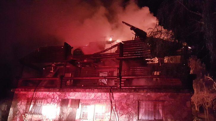 Sakarya'da tadilat yapılan ahşap ev alev alev yandı