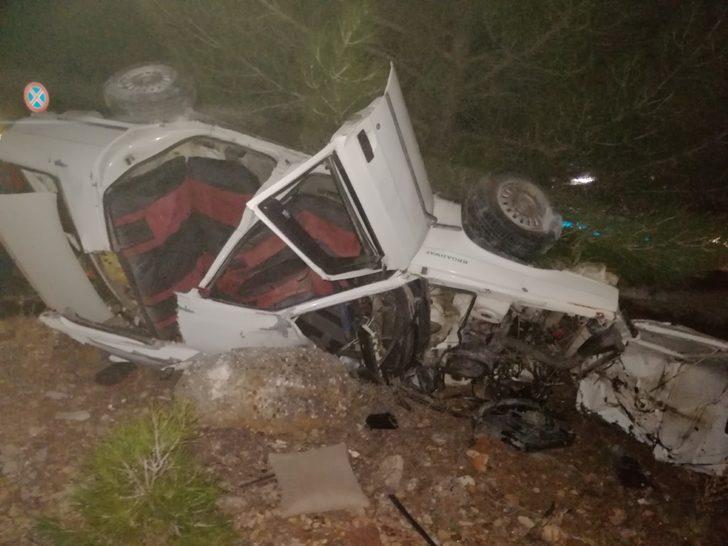 Muğla'da feci kaza! Refüje çarpıp takla atan araç hurdaya döndü