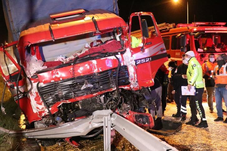 Anadolu Otoyolu'nda kamyon tıra çarptı