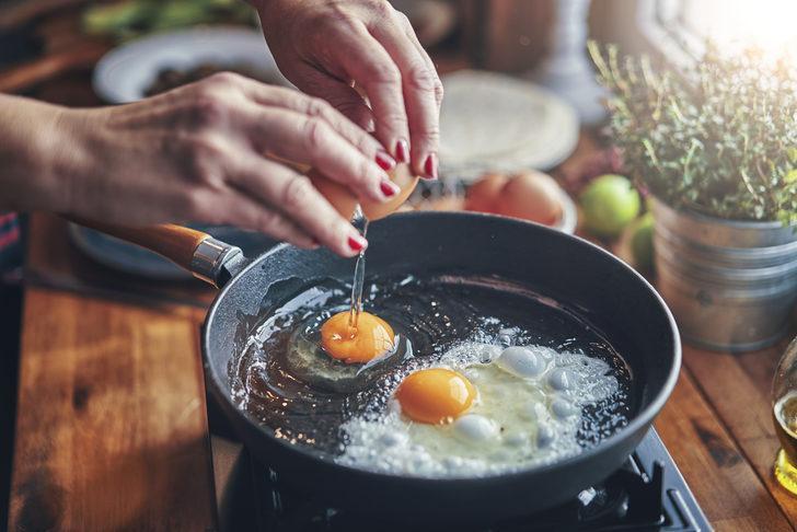 Dikkat! Pişirdiğiniz yumurtanın tarihi geçtiyse...