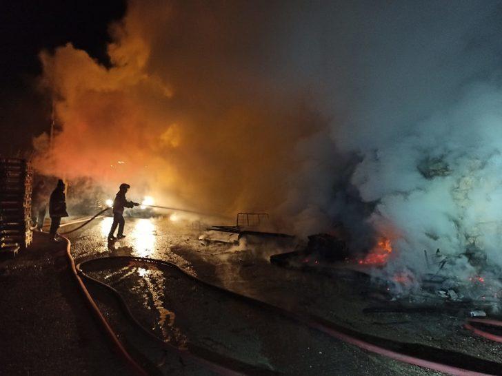Başkent'te hareketli gece: Paletlerden sıçrayan alev, gecekonduyu küle çevirdi
